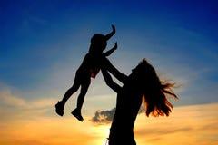 η μητέρα παιδιών σκιαγραφε στοκ φωτογραφία με δικαίωμα ελεύθερης χρήσης