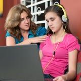 Η μητέρα προσπαθεί να μιλήσει εθισμένη στη Διαδίκτυο κόρη της στοκ εικόνα