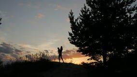 Η μητέρα ρίχνει επάνω στο μωρό στο ηλιοβασίλεμα φιλμ μικρού μήκους