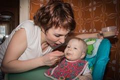 Η μητέρα ταΐζει τον πουρέ μωρών μωρών Στοκ φωτογραφία με δικαίωμα ελεύθερης χρήσης