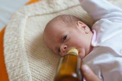 Η μητέρα ταΐζει το νεογέννητο κορίτσι με τη σίτιση του μπουκαλιού Στοκ εικόνες με δικαίωμα ελεύθερης χρήσης
