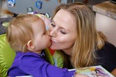 Η μητέρα φιλά το μωρό της Στοκ Εικόνες