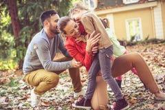 Η μητέρα Tickling μας κάνει ευτυχησμένους και χαμογελώντας Οικογενειακός χρόνος Στοκ Εικόνες
