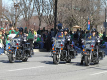 Η μητροπολιτική αστυνομία της Ινδιανάπολης με τις μοτοσικλέτες είναι στην ετήσια παρέλαση ημέρας του ST Πάτρικ Στοκ Εικόνες