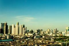 Η μητρόπολη είναι πλήρης των ψηλών κτιρίων στον ήλιο βραδιού στοκ φωτογραφία
