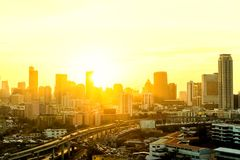 Η μητρόπολη είναι πλήρης των ψηλών κτιρίων στο ηλιοβασίλεμα στο horizo στοκ φωτογραφία με δικαίωμα ελεύθερης χρήσης