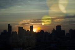 Η μητρόπολη είναι πλήρης των ψηλών κτιρίων στο ηλιοβασίλεμα στο horizo στοκ εικόνες