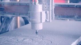 Η μηχανή άλεσης χαράζει τη μορφή σε μια άσπρη κινηματογράφηση σε πρώτο πλάνο επιφάνειας απόθεμα βίντεο