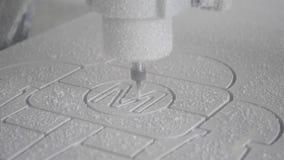Η μηχανή άλεσης χαράζει τη μορφή φιλμ μικρού μήκους