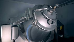 Η μηχανή ανακατώματος μετάλλων περιστρέφεται σε ένα πάτωμα εργοστασίων φιλμ μικρού μήκους