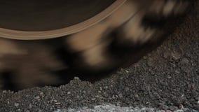 Η μηχανή ασφάλτου αλέθει την άμμο για να κάνει ένα νέο οδικό τσιμέντο απόθεμα βίντεο