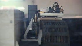 Η μηχανή για την κοπή μετάλλων απόθεμα βίντεο