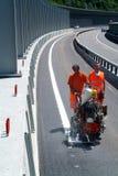 Η μηχανή εκτινάσσει και εργαζόμενος στη ζωγραφική σημαδιών δρόμων και κυκλοφορίας Στοκ φωτογραφίες με δικαίωμα ελεύθερης χρήσης