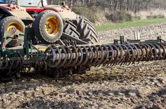 η μηχανή κάνει την προετοιμασία του χώματος για τη φύτευση άνοιξη στοκ εικόνες