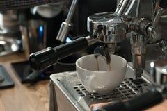 Η μηχανή καφέ στον καφέ κάνει ένα cappuccino Στοκ Φωτογραφία