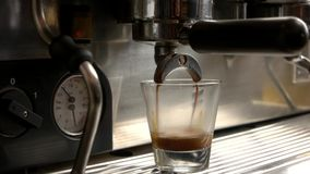 Η μηχανή καφέ χύνει το espresso απόθεμα βίντεο
