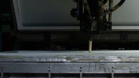 Η μηχανή κινηματογραφήσεων σε πρώτο πλάνο γεμίζει επάνω τη μορφή παραγωγής με το υγρό απόθεμα βίντεο
