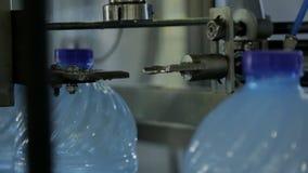 Η μηχανή κλείνει αυτόματα το καπάκι σε ένα πλαστικό μπουκάλι νερό απόθεμα βίντεο
