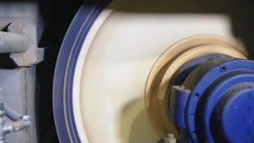 Η μηχανή με το στρογγυλό περιστρεφόμενο μέρος λειτουργεί στην κινηματογράφηση σε πρώτο πλάνο εγκαταστάσεων φιλμ μικρού μήκους