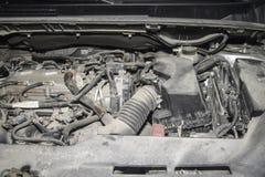Η μηχανή του σύγχρονου αυτοκινήτου στη σκόνη στοκ εικόνες με δικαίωμα ελεύθερης χρήσης