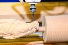 Η μηχανή τρυπά το ξύλο με τρυπάνι Στοκ Φωτογραφία