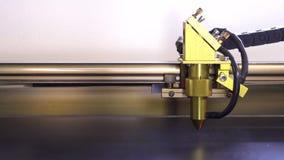 Η μηχανή χάραξης λέιζερ έκοψε το μαύρο πλαστικό με το κόκκινο λέιζερ Η μηχανή έχει το χρυσό κεφάλι απόθεμα βίντεο