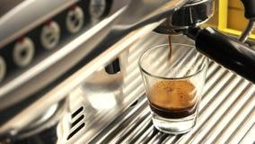 Η μηχανή Espresso, κλείνει επάνω απόθεμα βίντεο