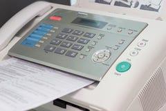 Η μηχανή fax στο γραφείο εργασίας στοκ φωτογραφία με δικαίωμα ελεύθερης χρήσης