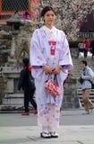 Η μη αναγνωρισμένη γυναίκα έντυσε σε ένα κιμονό στοκ εικόνα