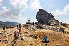 Η μη αναγνωρισμένη ομάδα ποδηλατών αναρριχείται στο λόφο στα βουνά Bucegi στη Ρουμανία Στοκ φωτογραφίες με δικαίωμα ελεύθερης χρήσης