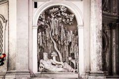 Η μια από τέσσερις πηγές στο σταυροδρόμι στη Ρώμη, Quattro fontane τακτοποιεί, Ιταλία Το γλυπτό αναγέννησης περιμένει το πράσινο  στοκ φωτογραφία