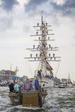 Η μικρή βάρκα αναψυχής πλέει κατά τη διάρκεια του μεγάλου ναυτικού ΠΑΝΙΟΥ το 2015 γεγονότος Στοκ εικόνες με δικαίωμα ελεύθερης χρήσης