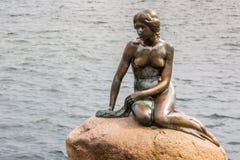 Η μικρή γοργόνα είναι ένα άγαλμα χαλκού από Edvard Eriksen, απεικονίζοντας μια γοργόνα Το γλυπτό επιδεικνύεται σε έναν βράχο από  Στοκ εικόνα με δικαίωμα ελεύθερης χρήσης