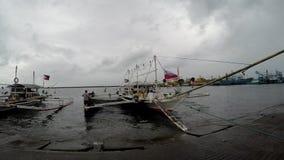 Η μικρή ξύλινη αλιεία έδεσε τον εν πλω λιμένα απόθεμα βίντεο