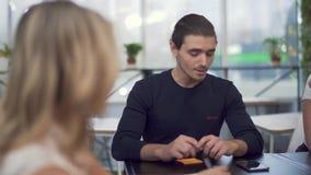 Η μικρή ομάδα επιχειρηματιών συζητά θετικά τις νέες στρατηγικές στο ξεκίνημα φιλμ μικρού μήκους