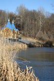 Η μικρή πηγή βρίσκεται στις όχθεις του ποταμού Στοκ εικόνες με δικαίωμα ελεύθερης χρήσης