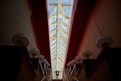 Η μικρή σκιαγραφία Η έννοια ενός μικρού ατόμου σε μια μεγάλη μητρόπολη Πάνω από τη σκάλα στοκ εικόνες