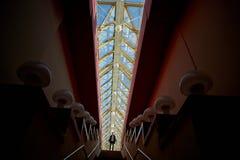 Η μικρή σκιαγραφία Η έννοια ενός μικρού ατόμου σε μια μεγάλη μητρόπολη Πάνω από τη σκάλα στοκ φωτογραφία με δικαίωμα ελεύθερης χρήσης