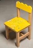 Η μικροσκοπική κίτρινη ξύλινη καρέκλα Στοκ Εικόνες