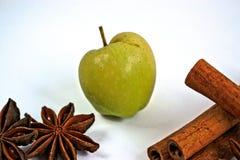 Η μικροσκοπική Apple με το γλυκάνισο κανέλας και αστεριών Στοκ φωτογραφία με δικαίωμα ελεύθερης χρήσης