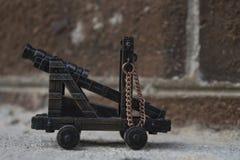 Η μικροσκοπική Canon ενάντια στο τουβλότοιχο Στοκ Εικόνες