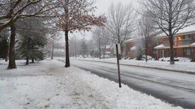 Η μικρού χωριού άποψη πτώσης χιονιού του χιονιού μαίνεται τις περιοχές ύπνου φιλμ μικρού μήκους