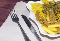 Η μικτή σίκαλη και τα κλασικά ζυμαρικά σίτου με τα καρυκεύματα και herbes το de Προβηγκία τόνισαν την εκλεκτική εστίαση στοκ φωτογραφίες με δικαίωμα ελεύθερης χρήσης