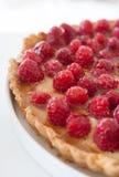 Η μισή από την πίτα σμέουρων Στοκ φωτογραφία με δικαίωμα ελεύθερης χρήσης