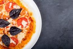 Η μισή από την πίτσα στο πιάτο Στοκ φωτογραφία με δικαίωμα ελεύθερης χρήσης