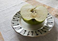 Η μισή από την πράσινη Apple στο πιατάκι Στοκ Φωτογραφία