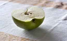 Η μισή από τη juicy πράσινη Apple στον πίνακα Στοκ Εικόνα