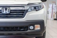 Η μισή φορτηγών της Honda Ridgeline από την μπροστινή κουκούλα με το λογότυπο στοκ φωτογραφία με δικαίωμα ελεύθερης χρήσης
