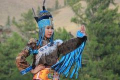 Η μογγολική γυναίκα στο κοστούμι σαμάνων και μαγισσών χορεύει στη σκηνή στα βουνά Λαϊκοί χοροί Tyva στοκ φωτογραφία με δικαίωμα ελεύθερης χρήσης