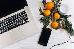 Η μοντέρνη έννοια διαφήμισης Χριστουγέννων, επίπεδο βρέθηκε τηλέφωνο lap-top Στοκ Εικόνα